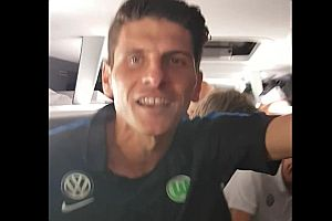Mario Gomez feiert den Relegationssieg