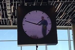 Uhr im Amsterdamer Flughafen