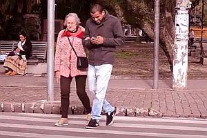 Oma hilft Smartphonenutzern über die Straße