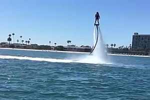 Jetboarder richtet Katamaran wieder auf