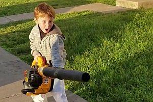 Junge mit einem Laubbläser