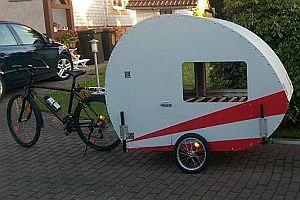 Fahrradwohnwagen mit Schlauchboot und Dusche