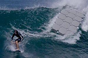 Surfen mit einer schwimmenden Plattform