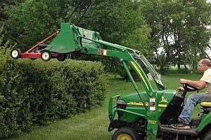 Hecke mit dem Rasenmäher schneiden
