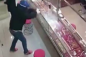 Einbrecher scheitern an Glasvitrine