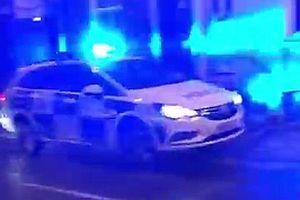 Polizeiauto fährt vor