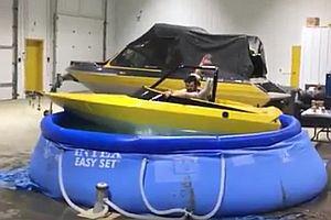 Betrunkene mit einem Boot in einem Pool