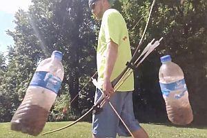 Schuss durch zwei schwingende Plastikflasche