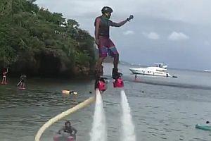 Ein Poser auf einem Flyboard