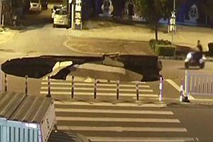 Motorroller fährt in ein Loch