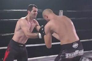 Kämpfer kugelt die Schulter des Gegners ein