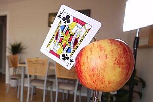 Eine Karte in einen Apfel werfen