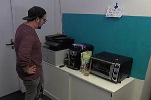Disco vor der Kaffeemaschine
