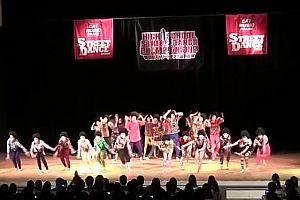Japanische Tanzgruppe tanzt zu ABBA