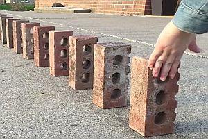 Doppeltes Domino mit Mauersteinen