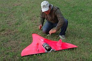 Ferngesteuertes Flugzeug fliegt 727 km/h