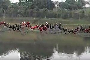 245 Menschen springen von einer Brücke
