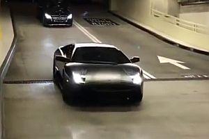Lamborghini fährt in ein Parkhaus