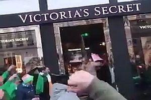 Irland-Fans vor einem Victoria's Secret Shop