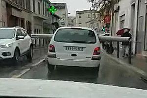 Autofahrt mit einem Rohr durch die Stadt
