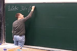 Tafel stürzt beinahe auf Dozenten