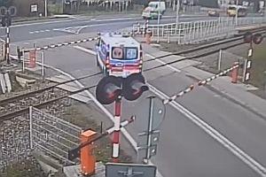 Krankenwagen steckt auf Bahnübergang fest