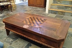 Tisch mit Geheimverstecken
