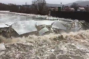 Ein gefrorener Fluss trifft auf Stromschnelle