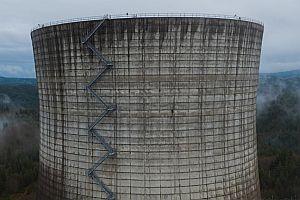 Drohne fliegt über ein Atomkraftwerk