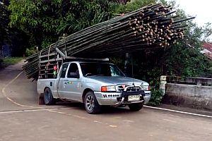 Überladener Bambustransport