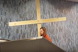 Jesus nimmt die Rolltreppe