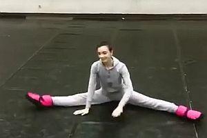 Eine Ballerina wärmt sich auf