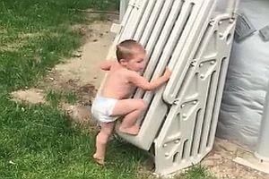 Zweijähriger überwindet Poolsicherung