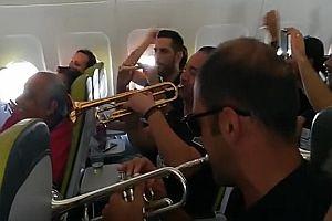 Im Flugzeug mit einer Blaskapelle
