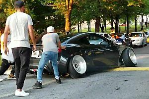 Auto mit komischen Reifen bleibt hängen