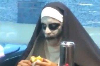 Böse Nonne im Restaurant