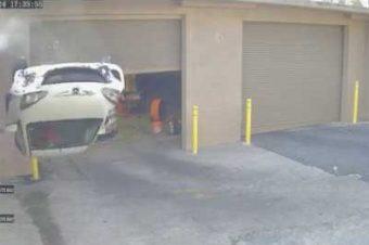 Auto Stürzt von einer Parkebene