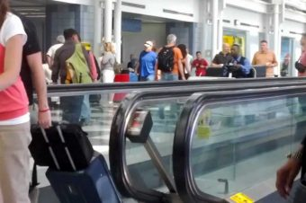 Flughafenmitarbeiter verschafft sich Platz