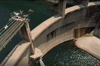 Klippenspringen von einem Staudamm
