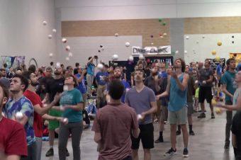 Wer kann am längsten mit 5 Bällen jonglieren?