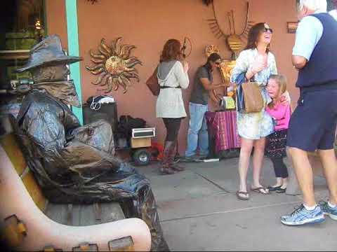 Bronze-Statue erschreckt Mutter und Tochter