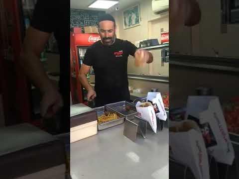 Jongleur im Falafel-Laden