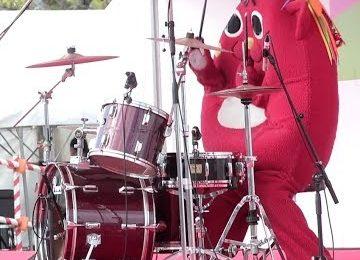 Maskottchen am Schlagzeug