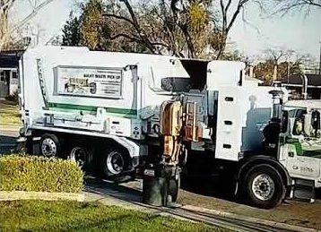 Müllwagen kämpft mit einer Mülltonne