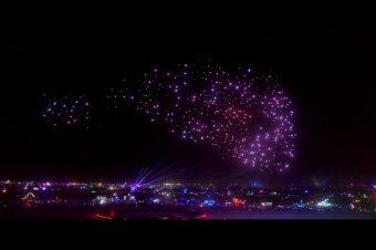600 beleuchtete Drohnen am Himmel