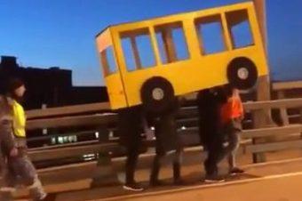 Als verkleiderter Bus über eine Brücke