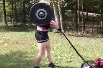 Gewichtheber beim Rasenmähen