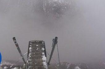 Wingsuit-Sprung durch eine Nebelwand