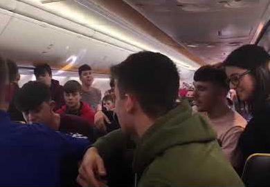 Irische Schüler singen im Flugzeug