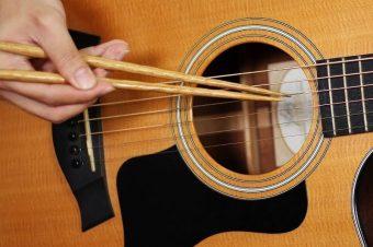 Gitarre mit Stäbchen spielen